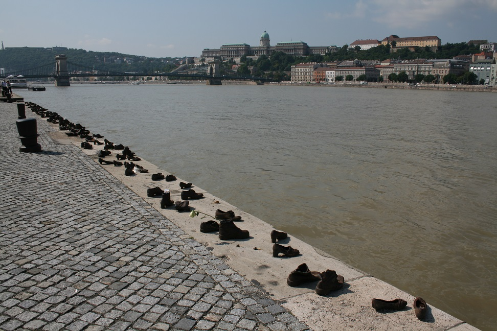 Памятник жертвам холокоста, Будапешт